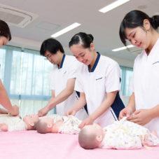 赤ちゃんの人形を使って実践
