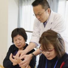 東洋医学を取り入れた学び⑤ 教員も真剣☆