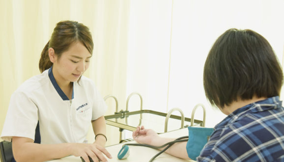 血圧測定を実践中 演習の成果発揮!!